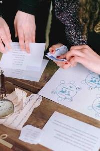 Gros plan sur les mains de personnes qui jour à l'escale game de mariage