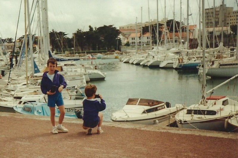 Vielle photo de mon frère et moi prenant des photos au bord d'un port en vendée