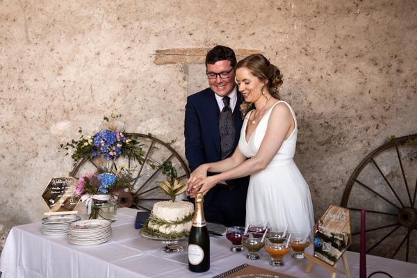 Les mariés découpe le wedding cake