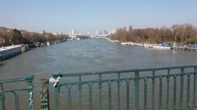 La Seine et ses péniches, au loin La Défense