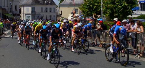 peloton du tour de France cylciste à Eceuillé