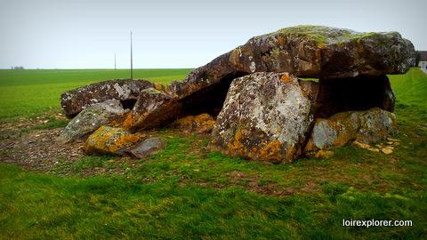 dolmen Indre le dolmen de la pierre levée à Liniez lieu insolite le plus grand dolmen du Berry