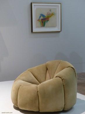 Fauteuil confortable, 1971 de Pierre Paulin devant un Grand nu, Étude pour plans par couleurs, František Kupka, vers 1909 - copyright Yseult Carré