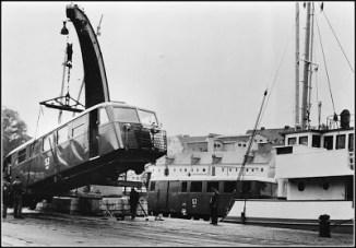 På väg bort. Efter nedläggningen 1960 flyttade SJ flera av sina Hilding Carlssonvagnar från Gotland till Uddevalla.