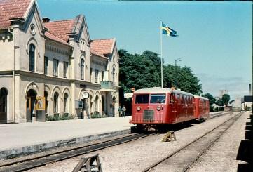 Pampigt värre. En skinande fin rälsbuss, solen strålar från en blå himmel och den svenska flaggan vajar i skyn utanför Visby järnvägsstation.