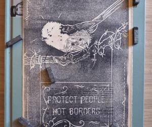 Linogravure noire placée dans un décor d'objets anciens et représentant un oiseau sur un panneau pro-migrant