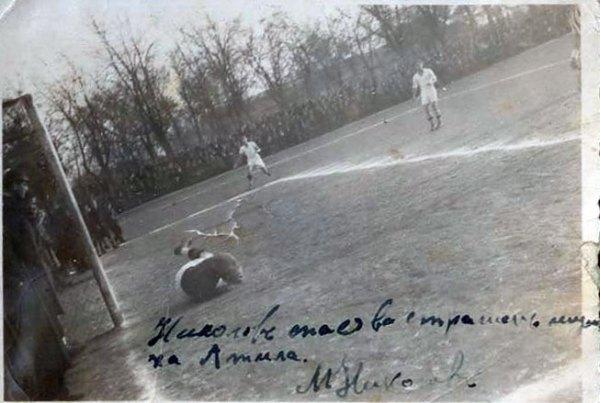 """Момент от футболна среща на игрище """"Алеите"""". Марко Николов спасява сигурен гол. Снимката е подписана от легендарния вратар."""