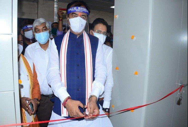 prayagraj news : मेडिकल कॉलेज में टीकाकरण का शुभारंभ करते डिप्टी सीएम केशव प्रसाद मौर्य।