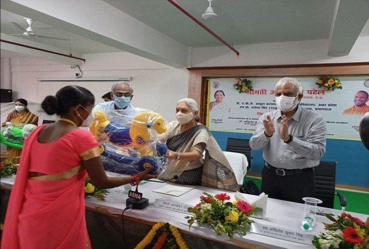 Prayagraj News : रज्जू भैया राज्य विश्वविद्यालय में आयोजित कार्यक्रम में राज्यपाल आनंदी बेन पटेल।