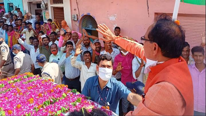 मुख्यमंत्री श्री चौहान जनदर्शन कार्यक्रम के तहत अनेक गाँव पहुँचे