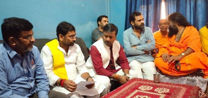 लखीमपुर खीरी: मृतक शुभम मिश्रा के घर पत्रकारों से बातचीत करते ब्राह्मण महासभा के राष्ट्रीय अध्य?
