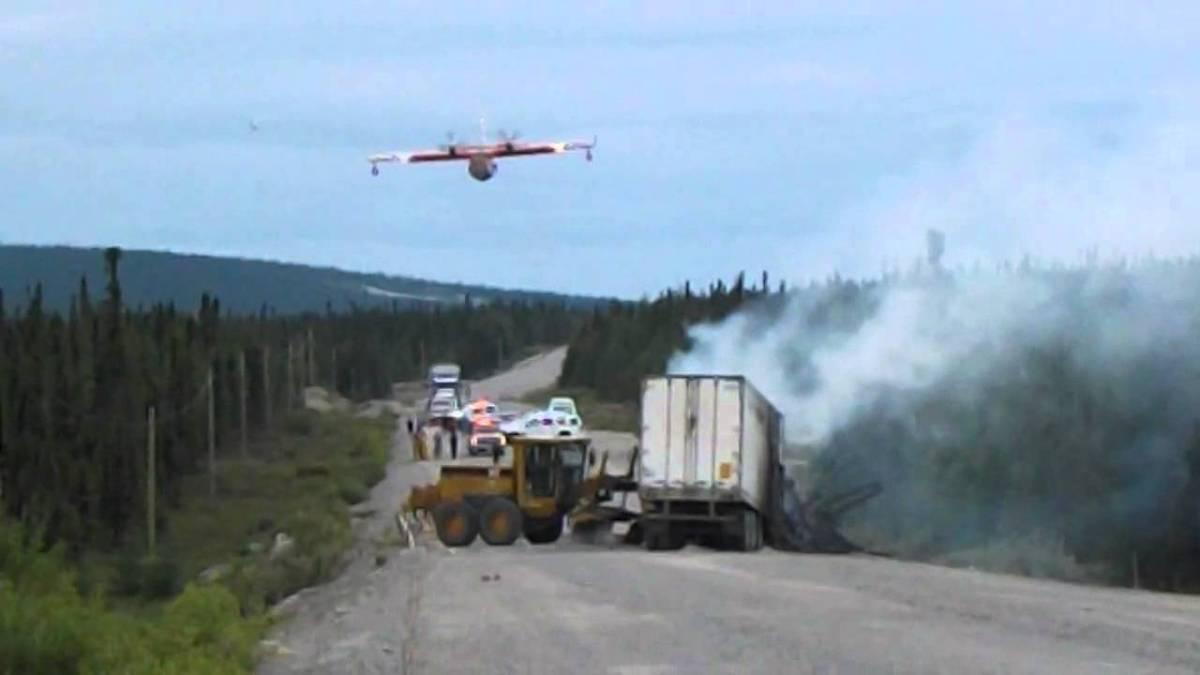 Avião de combate a incêndios faz descarga em acidente de trânsito