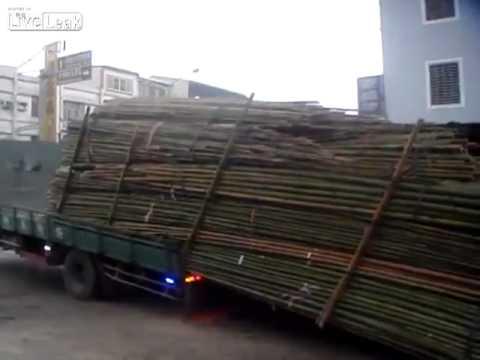 Camionista usa técnica à patrão para descarregar camião cheio de Bambu