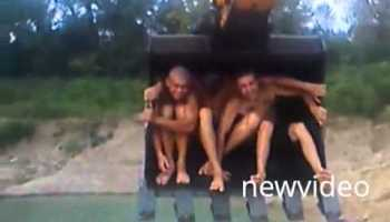 Estes russos tiveram uma brilhante ideia para refrescar os dias quentes de verão dos filhos utilizando uma escavadora perto de um lago