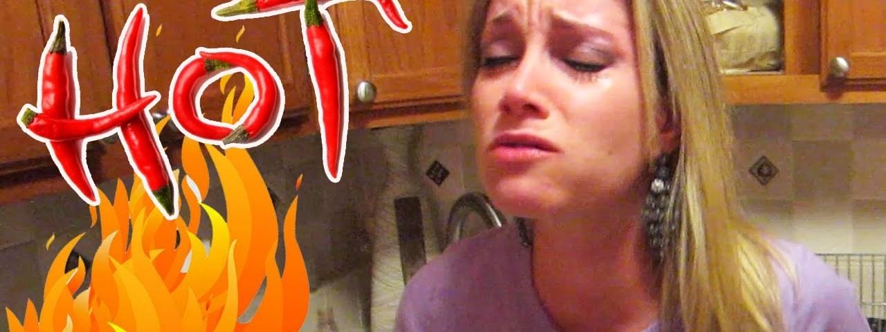 Homem coloca pimenta extra forte na comida da sua namorada