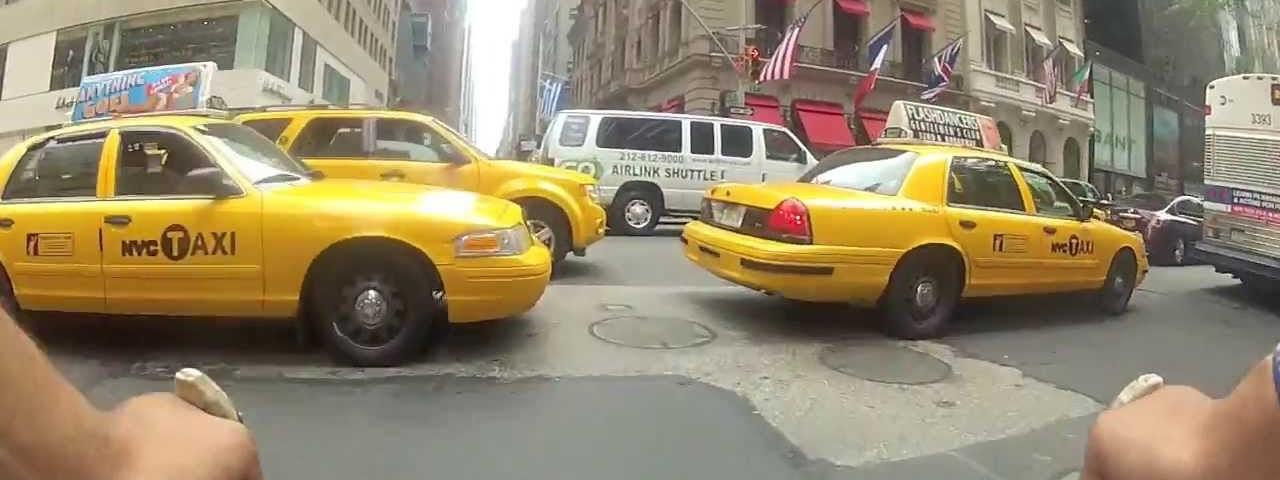 Muito louco um dia normal de um ciclista mensageiro em Nova Iorque