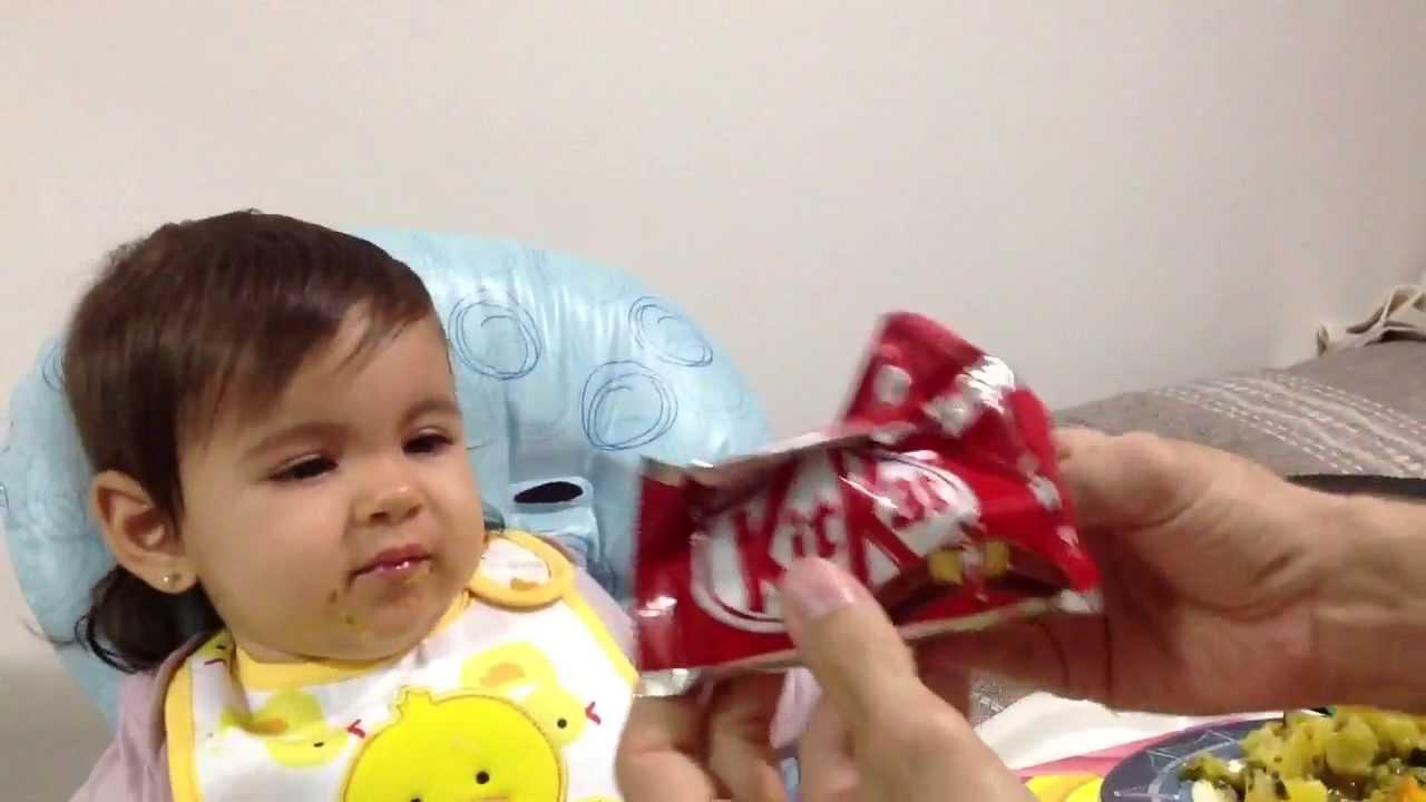 Pai arranja método infalível para a filha comer quando não quer
