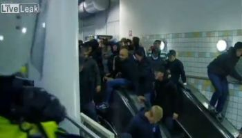 Policia sueca despacha adeptos em escadas rolantes