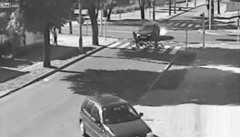 Condutor passa sinal vermelho e atropela 2 crianças que seguiam de bicicleta na passadeira