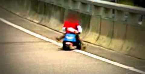 Criança conduz triciclo em estrada movimentada! OMG!