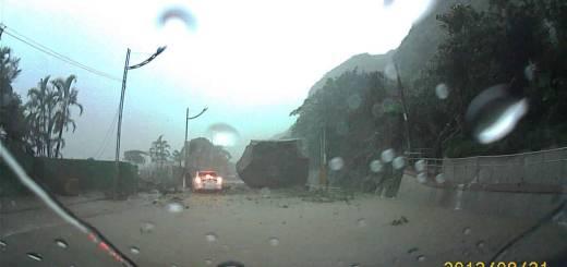 Um deslizamento de terras devido a fortes chuvas em Taiwan faz um rochedo deslizar para a estrada
