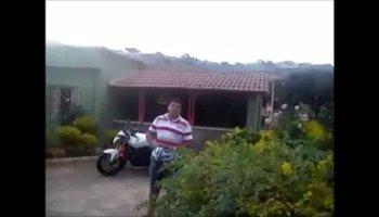emoção de um homem ao comprar a sua primeira mota