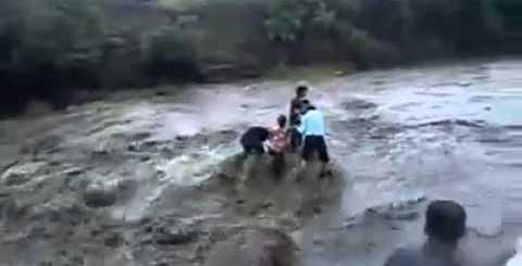 Levados pela corrente caem em cachoeira