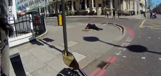 Motard ajuda idoso que caiu na passadeira