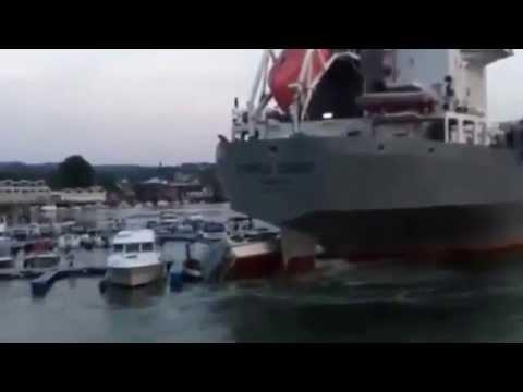Navio destrói barcos mais pequenos em manobra