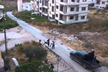 Rebeldes, com armamento antiaéreo, sendo atingidos por míssil na Síria