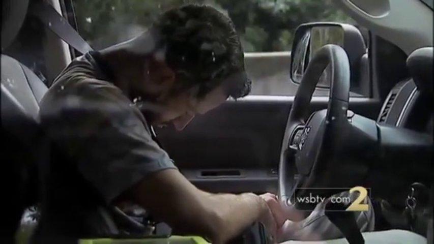 Homem alegadamente drogado provoca acidente e foge