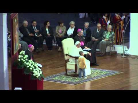 Menino tira protagonismo ao Papa
