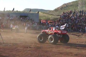Momento terrível quando um Monster Truck invade a plateia