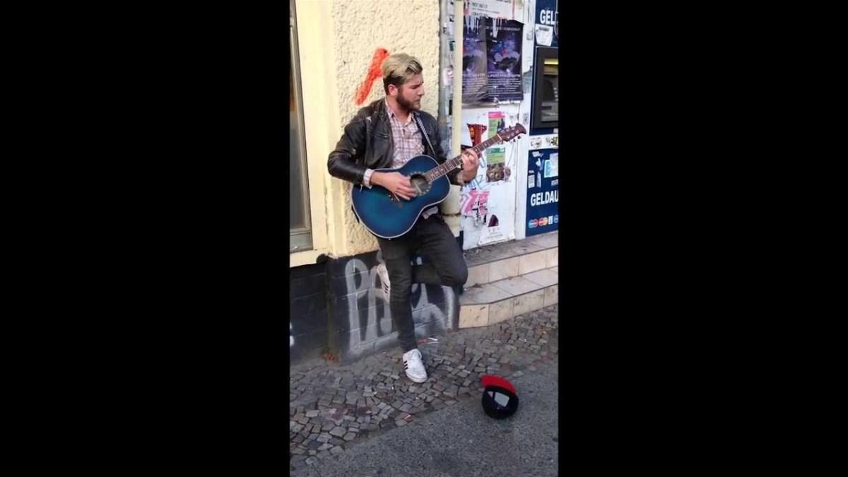 Artista de rua surpreendido com o cantor original da canção