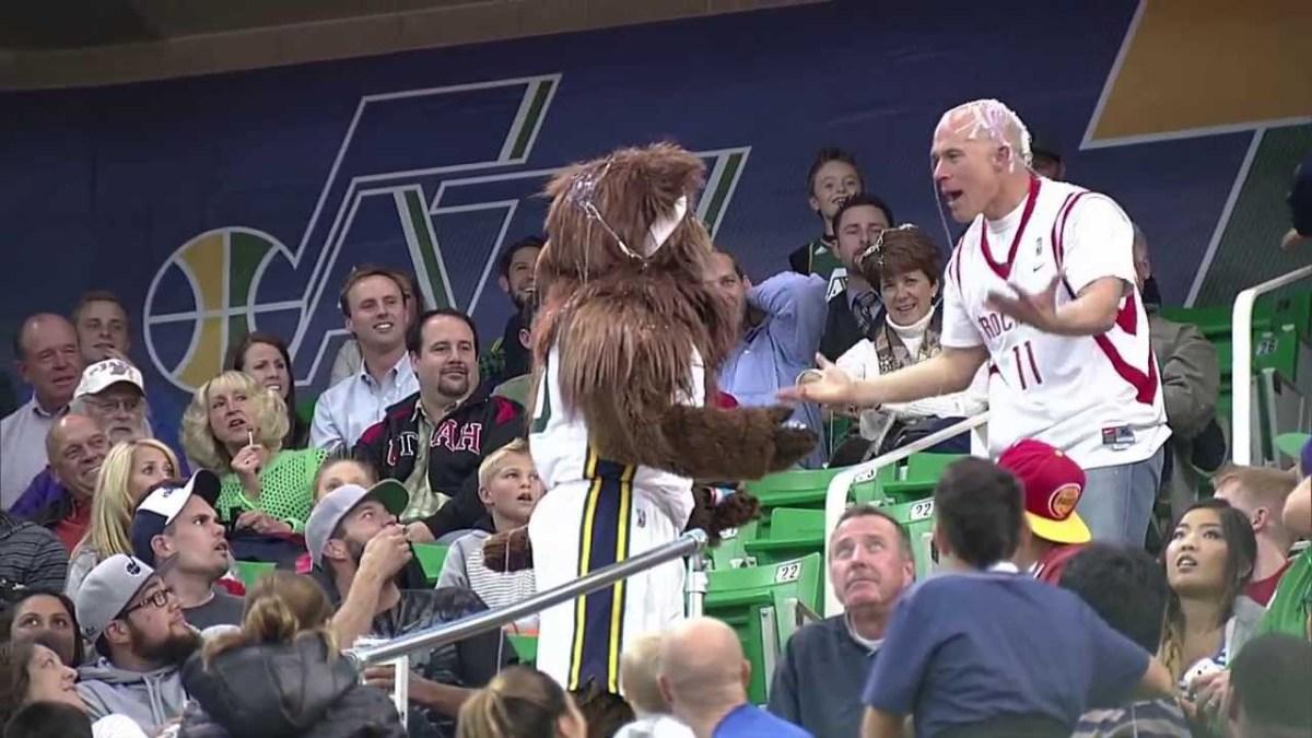 Foi se meter com mascote do Utah Jazz e deu-se mal