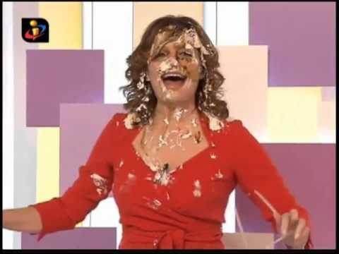 Júlia Pinheiro leva com bolo na tromba, em directo