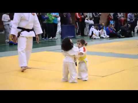 Combate de judo entre duas meninas