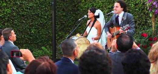 Noivos cantam os votos de casamento durante a cerimónia