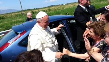 Papa Francisco manda parar carro após ver menino deficiente