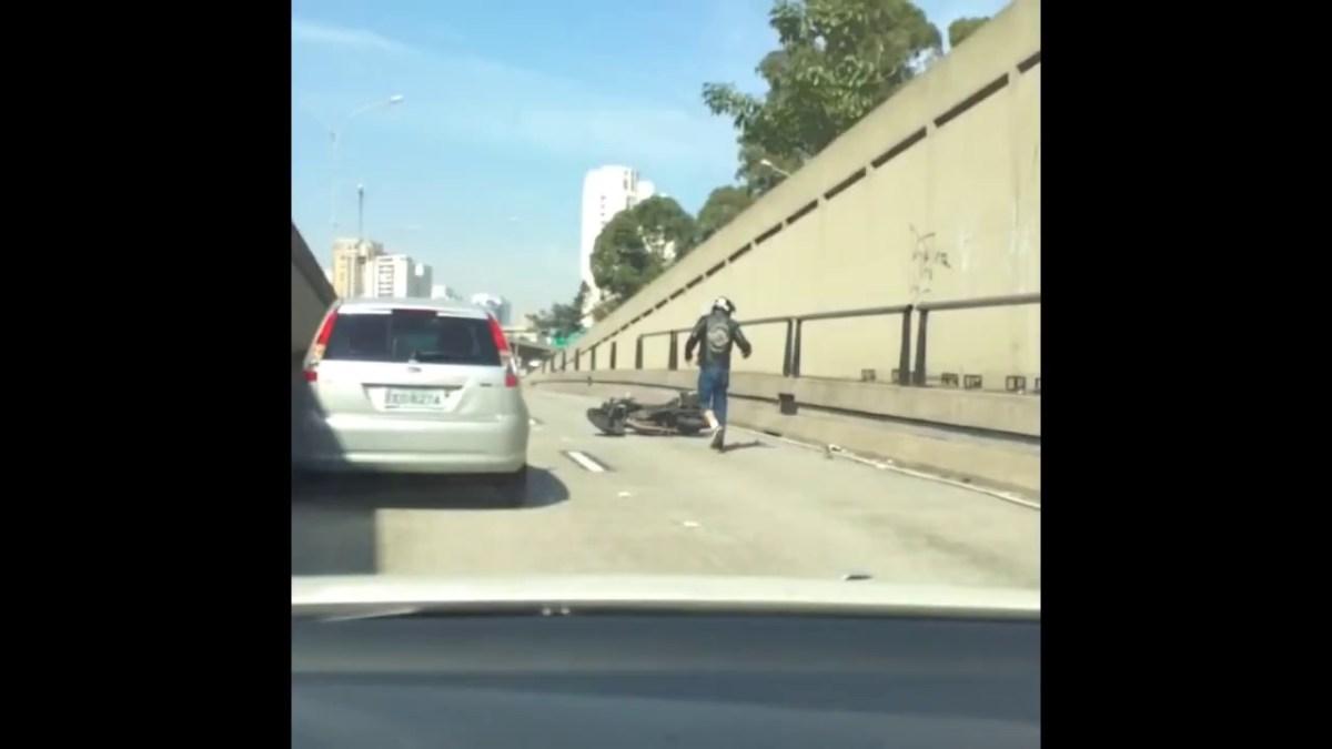 Motociclista tenta partir retrovisor a pontapé
