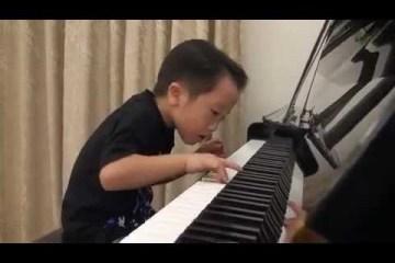 Um miúdo prodígio de 5 anos toca piano de forma extraordinária