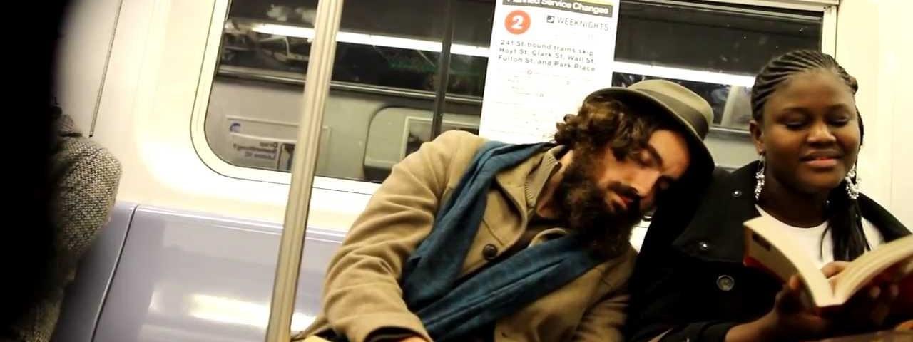 Reacção das pessoas a um estranho a dormir no seu ombro