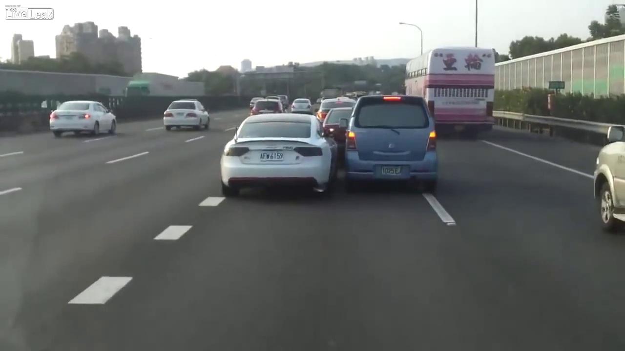 Dois condutores lutam pela mesma faixa de rodagem