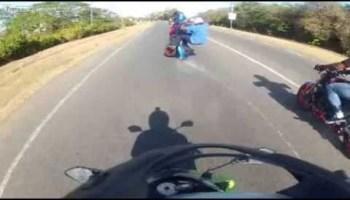 Motociclista exibicionista tem queda aparatosa