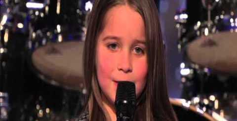 """Menina de 6 anos de aspecto angelical """"choca"""" júri e público no America's Got Talent"""