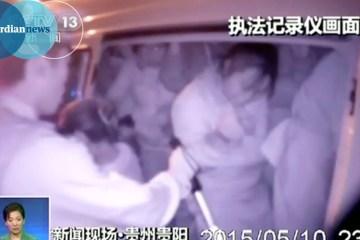 Policia chinesa encontra 50 pessoas que viajavam numa carrinha