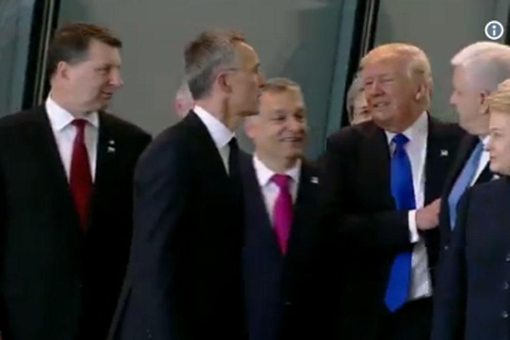 Trump empurra ministro para ficar na frente da foto de família da NATO