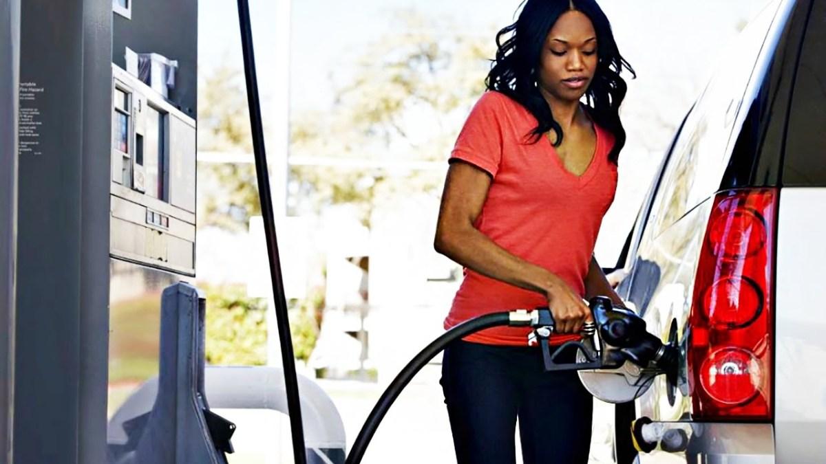 Mulheres distraídas numa bomba de gasolina