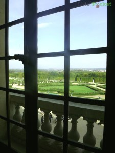 Espiando os jardins de dentro do Palácio