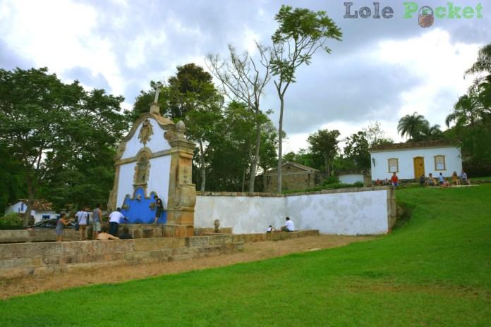 Turistada se divertindo no Chafariz de São José das Botas - Tiradentes